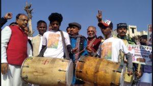 दिल्ली देहात के बरवाला गांव में केंद्रीय राज्य मंत्री विजय गोयल और बीजेपी सांसद उदित राज का ढोल बजाओ केजरीवाल भगाओ